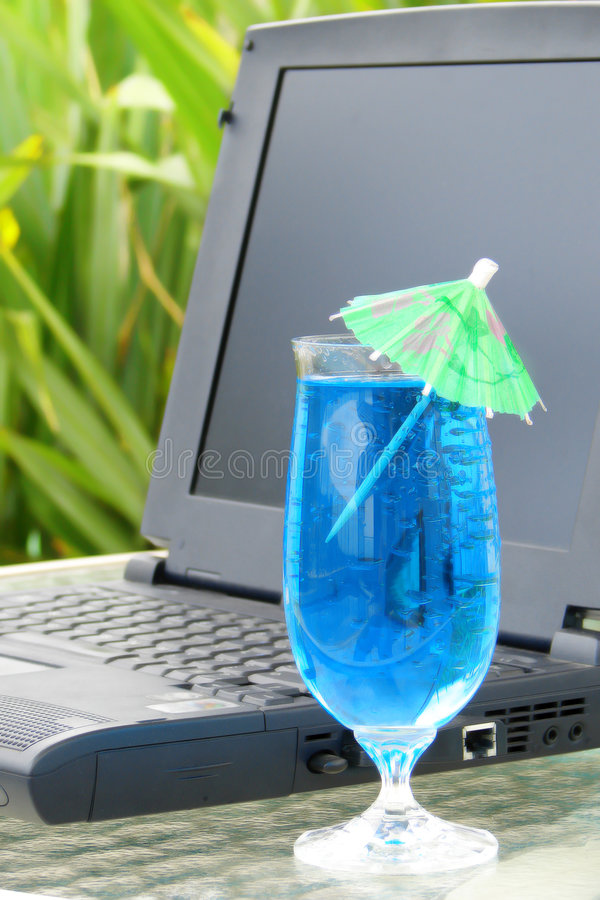 Computer portatile e bevanda immagine stock