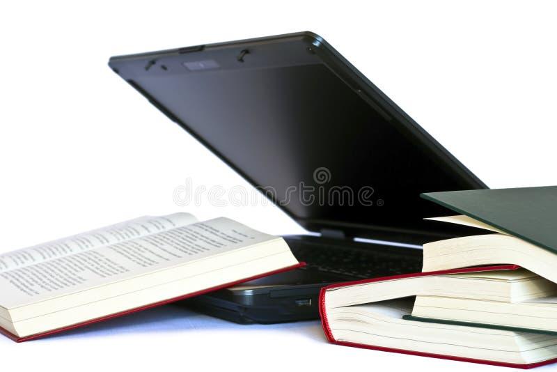 Computer portatile e libri fotografie stock libere da diritti