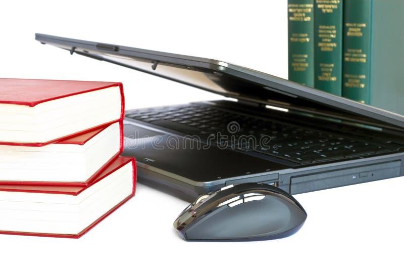 Computer portatile e libri fotografia stock libera da diritti