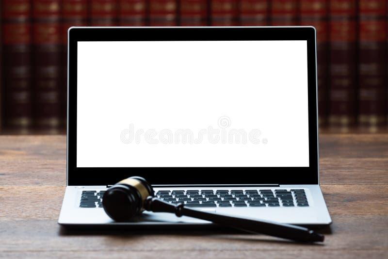 Computer portatile e Mallet On Table In Courtroom fotografia stock