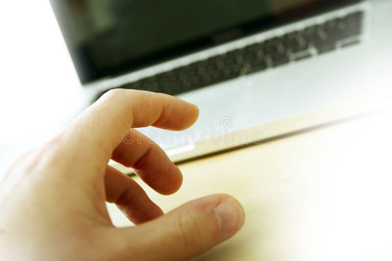 Computer portatile e mano immagine stock libera da diritti