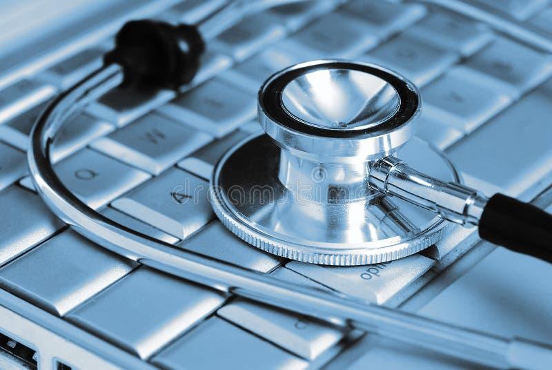Computer portatile e stetoscopio medici fotografia stock