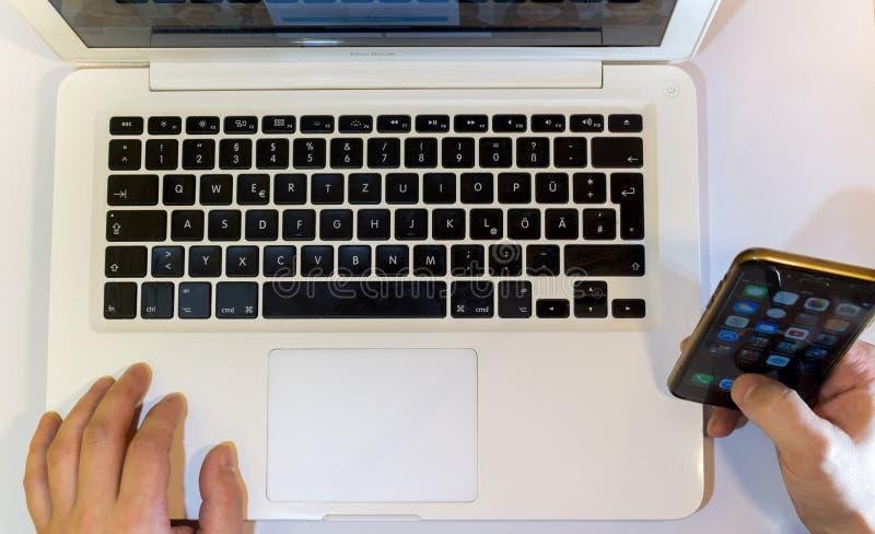 Computer portatile e telefono fotografia stock libera da diritti