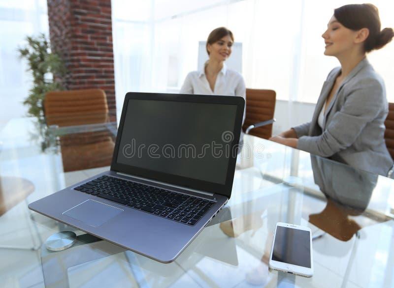Computer portatile e uno smartphone sul desktop di un uomo d'affari immagine stock libera da diritti