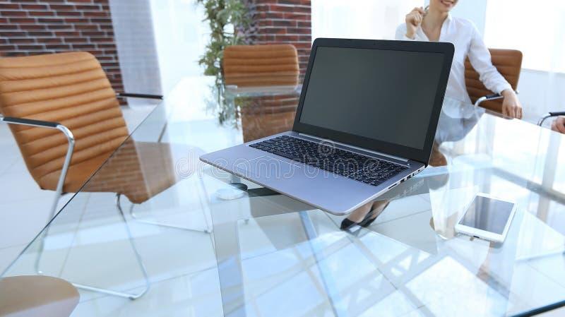 Computer portatile e uno smartphone sul desktop di un uomo d'affari fotografie stock libere da diritti