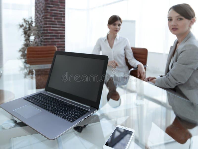 Computer portatile e uno smartphone sul desktop di un uomo d'affari immagini stock libere da diritti