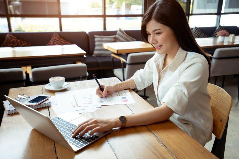 Computer portatile ed indicare di uso della donna di affari immagine stock libera da diritti