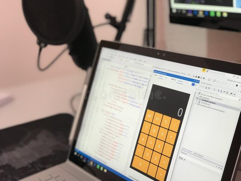 Computer Portatile grigio che mostra l'applicazione di calcolo con codici fotografia stock libera da diritti
