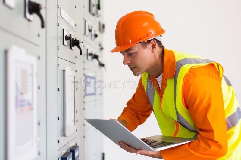 Computer portatile maschio dell'ingegnere industriale fotografia stock