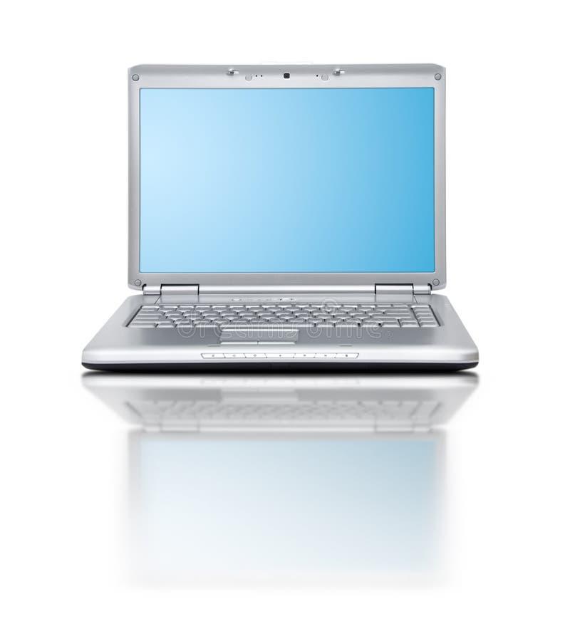Computer portatile moderno su priorità bassa bianca con la riflessione fotografia stock libera da diritti