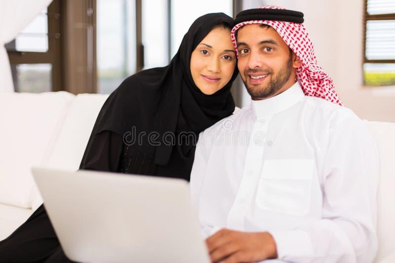 Computer portatile musulmano delle coppie immagine stock libera da diritti