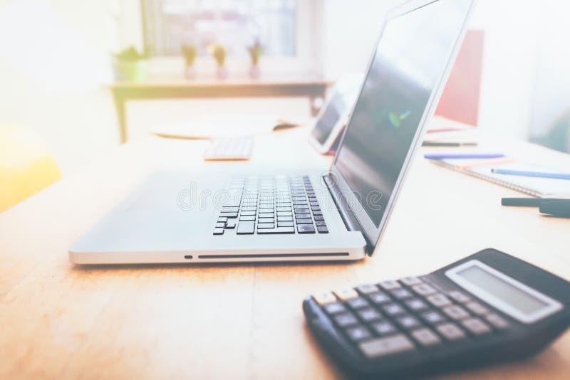 Computer portatile nella piccola impresa o in Ministero degli Interni immagini stock libere da diritti