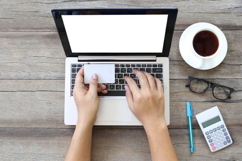 Computer portatile o taccuino sulla tavola di lavoro di legno e sulla carta bianca o disponibila immagine stock libera da diritti