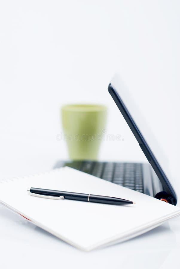 Computer portatile, ordine del giorno e un coffe immagini stock