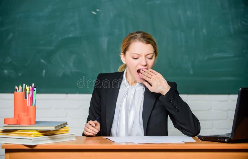 Computer portatile stanco e documenti di uso della donna di affari Lavoro di ufficio Vita dell'ufficio donna di affari o sbadigli fotografia stock libera da diritti