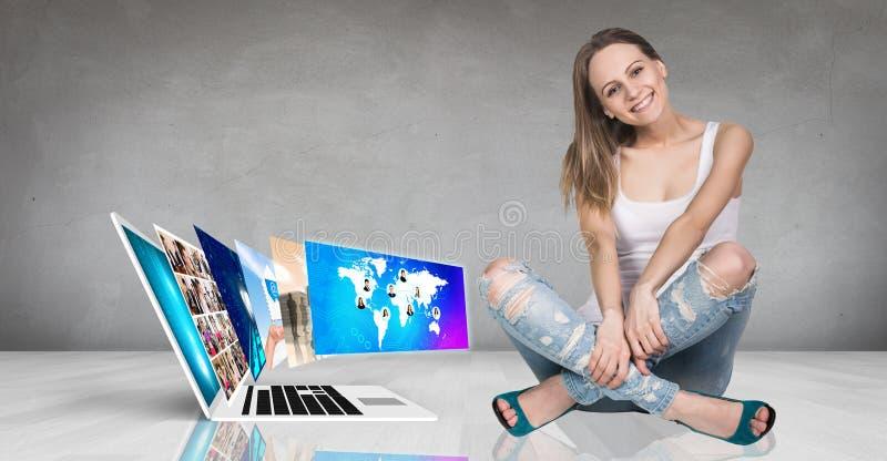 Computer portatile sul pavimento fotografia stock libera da diritti