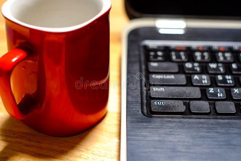 computer portatile, tazza di caffè, sulla tavola di legno immagini stock libere da diritti