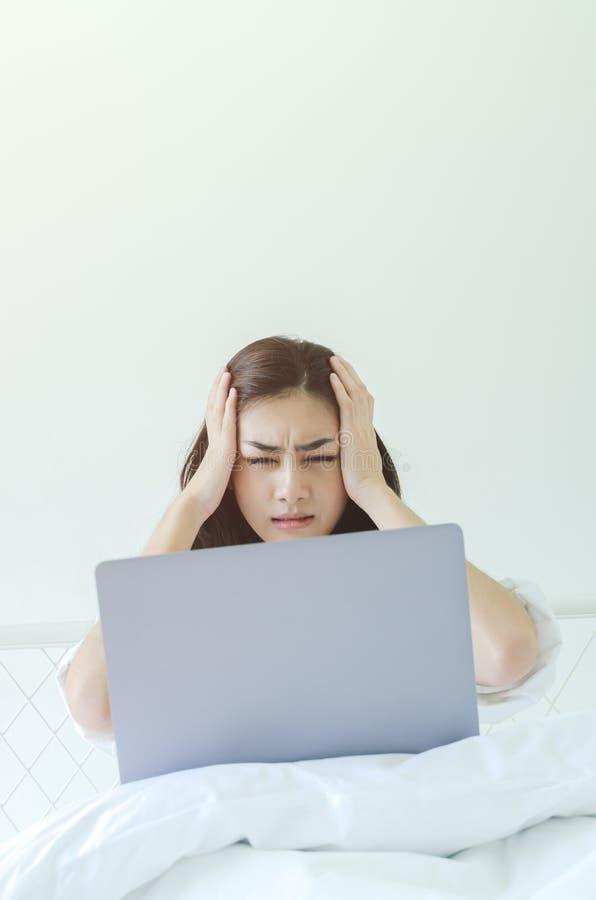 Computer portatili e le mani delle donne immagine stock libera da diritti