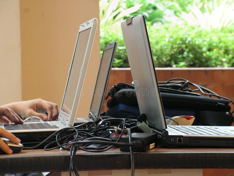 Computer portatili sulla tabella fotografie stock libere da diritti