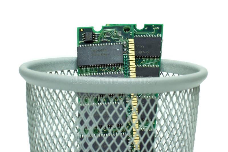 Computer RAM im Abfalleimer lizenzfreies stockfoto