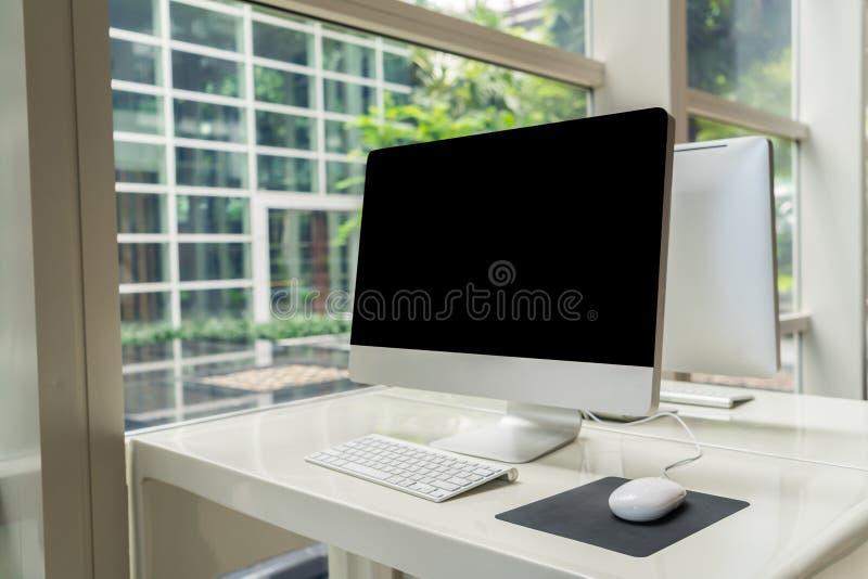 Computer sulla tavola in ufficio, area di lavoro immagine stock