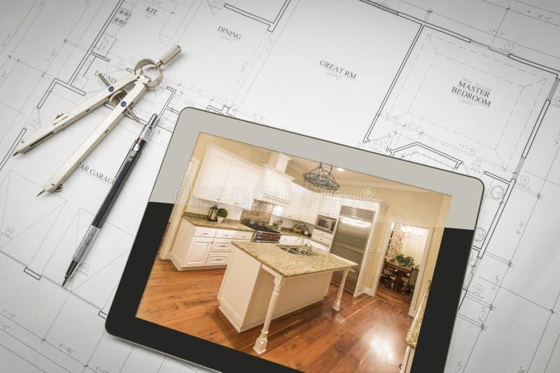 Computer-Tablet, das fertige Küche auf Haus-Plänen zeigt, Bleistift, lizenzfreie stockfotografie
