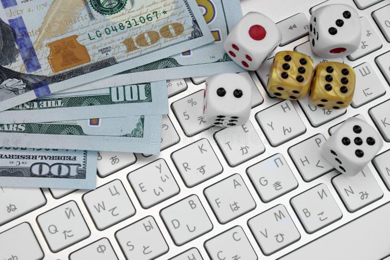 Computer-Tastatur-Nahaufnahme, Spiel würfelt und Dollar-Bargeld lizenzfreie stockbilder