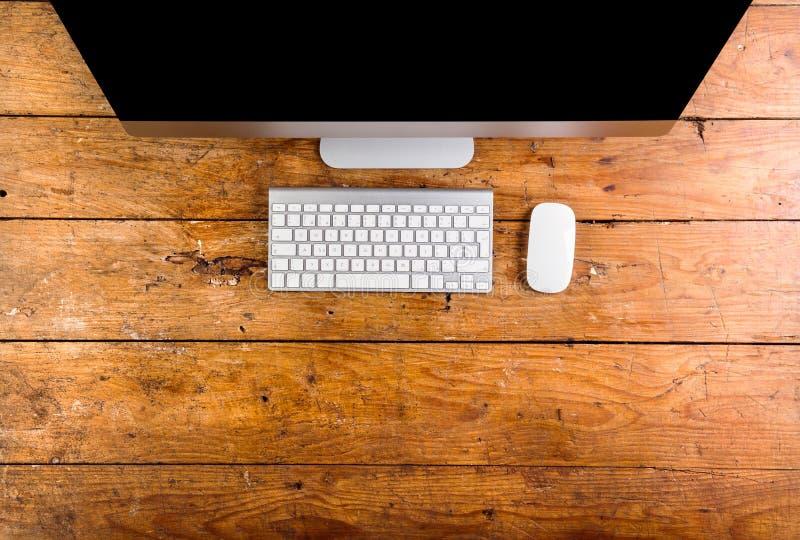 Computer, toetsenbord en muis layid op houten bureau royalty-vrije stock foto