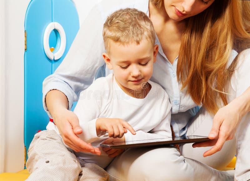 Computer und Kinder lizenzfreie stockfotos