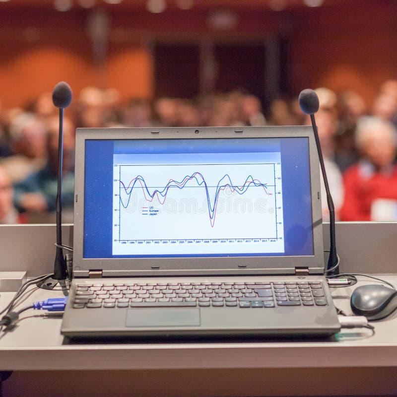 Computer und Mikrofon auf Podium am Geschäftsereignis lizenzfreie stockbilder