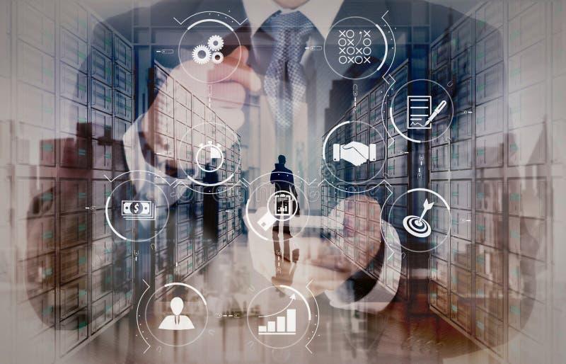 Computer van de het gebruiks de slimme telefoon van de zakenmanhand met e-mailpictogram zoals bedriegen royalty-vrije stock foto