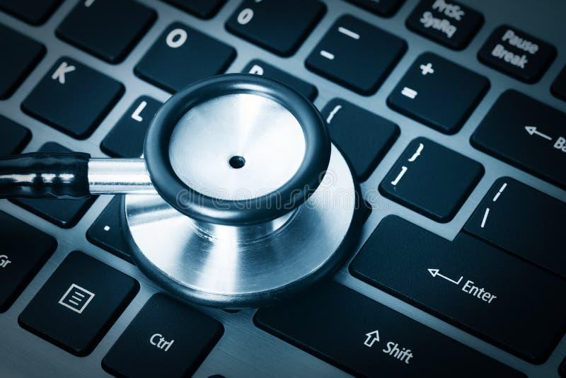 Computeranalyse die een stethoscoop met behulp van stock afbeelding