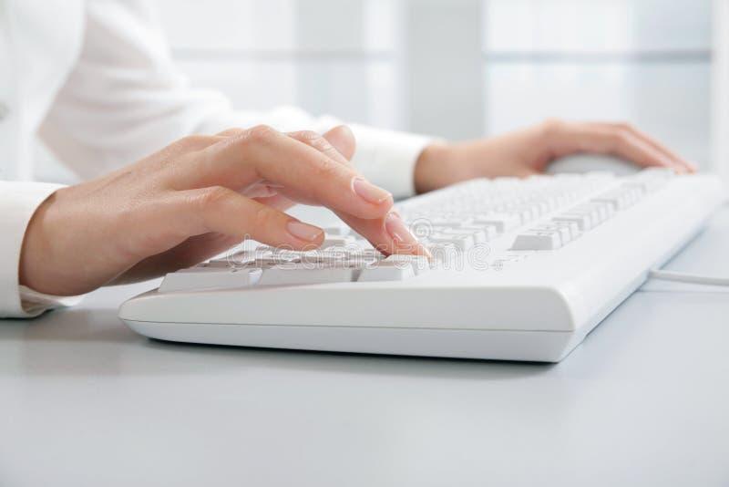 Computerarbeit lizenzfreie stockfotos