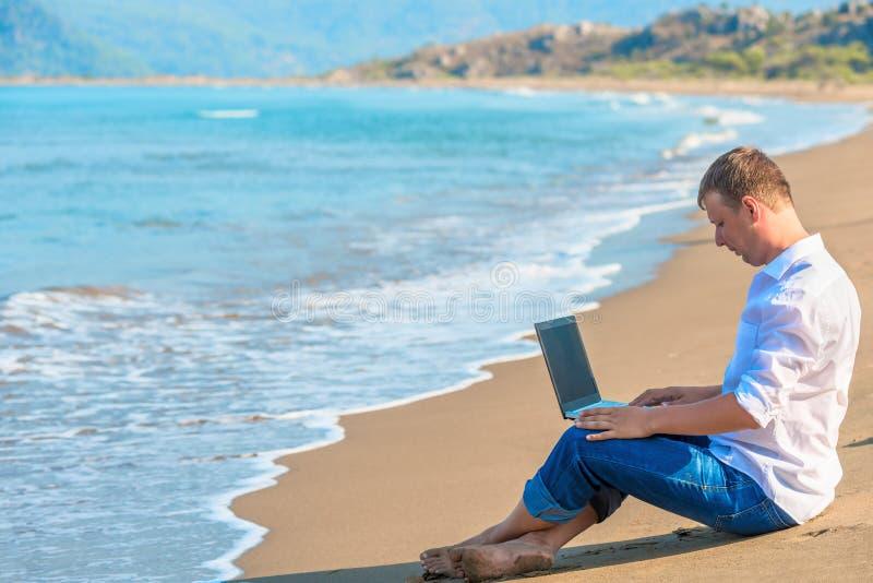Computerarbeit in der Freiheit aus Büro heraus lizenzfreies stockbild
