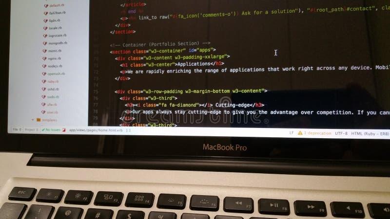 Computercode auf Schirm stockfotos