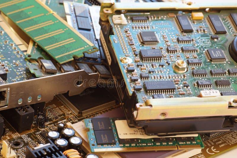 Computercomponenten met inbegrip van motherboards en RAM als bron van teruggekregen kostbare grondstoffen Elektrohuisvuil royalty-vrije stock fotografie