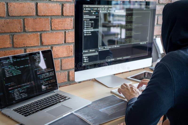 Computerhacker of cyberaanval concept, Gevaarlijke gekoppelde hacker die meerdere computers gebruikt die slechte gegevens typen i stock afbeeldingen