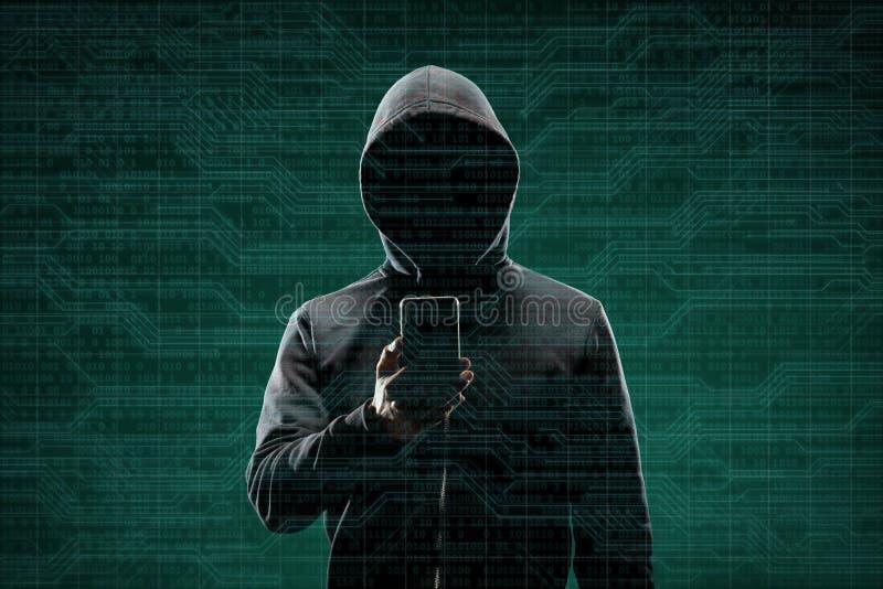 Computerhacker in der Maske und Hoodie ?ber abstraktem bin?rem Hintergrund Undeutlich gemachtes dunkles Gesicht Datendieb, Intern lizenzfreies stockfoto