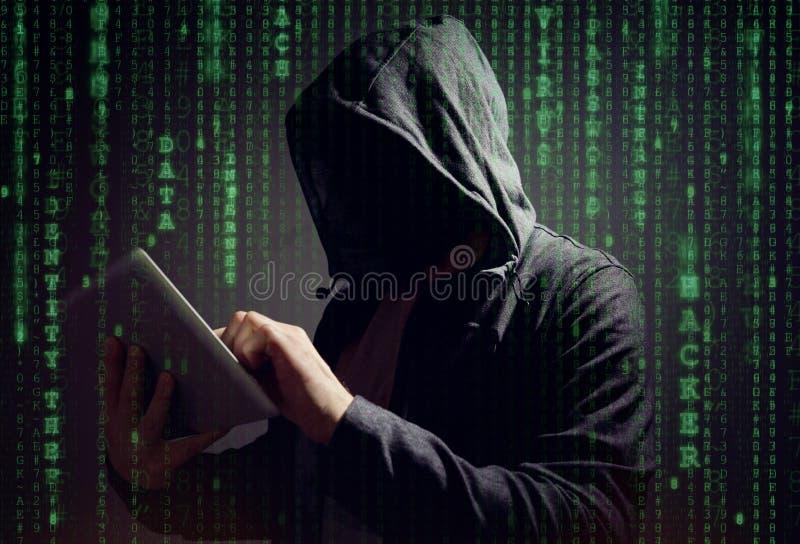 Computerhacker mit digitaler Tablette lizenzfreie stockbilder