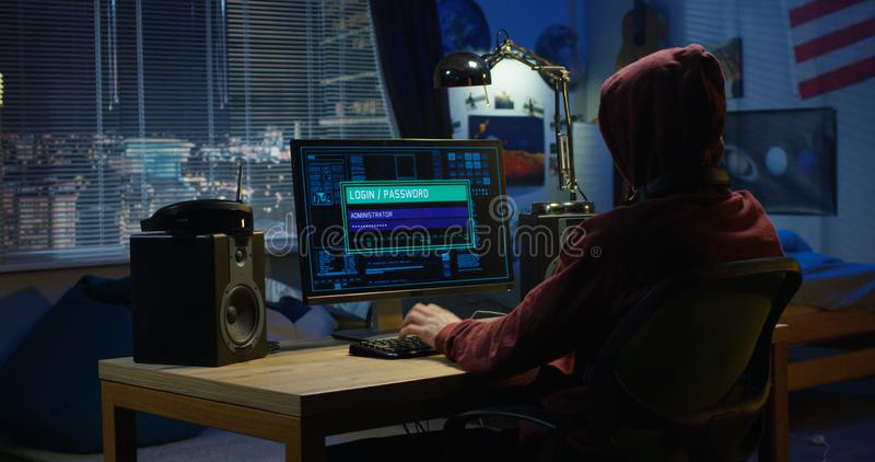 Computerhakker die zijn computer met behulp van stock fotografie