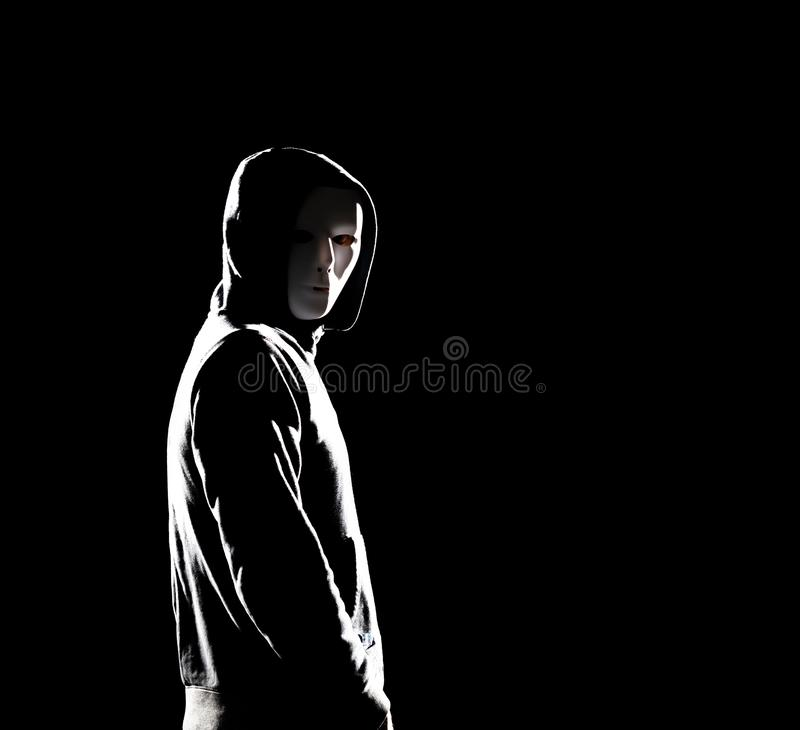 Computerhakker in hoodie Verduisterd donker gezicht Gegevensdief, Internet-fraude, darknet en cyber veiligheidsconcept stock afbeeldingen