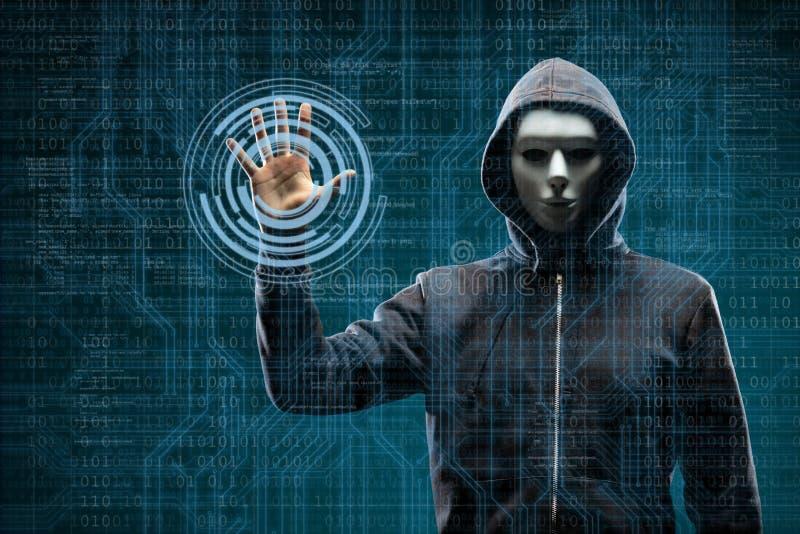 Computerhakker in masker en hoodie over abstracte binaire achtergrond Verduisterd donker gezicht Gegevensdief, Internet-fraude royalty-vrije stock foto