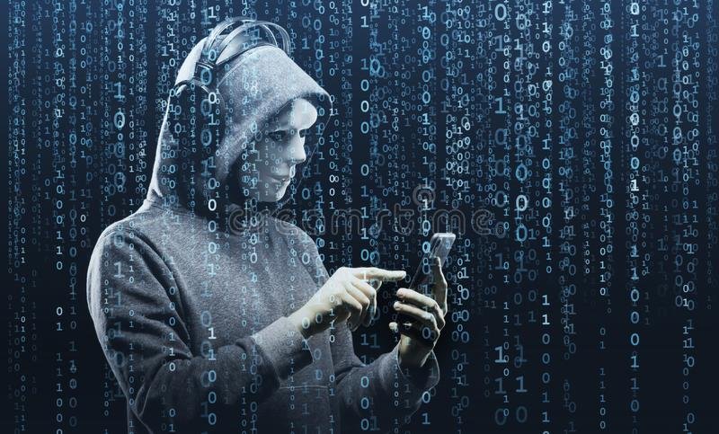 Computerhakker in masker en hoodie over abstracte binaire achtergrond Verduisterd donker gezicht Gegevensdief, Internet-fraude stock fotografie