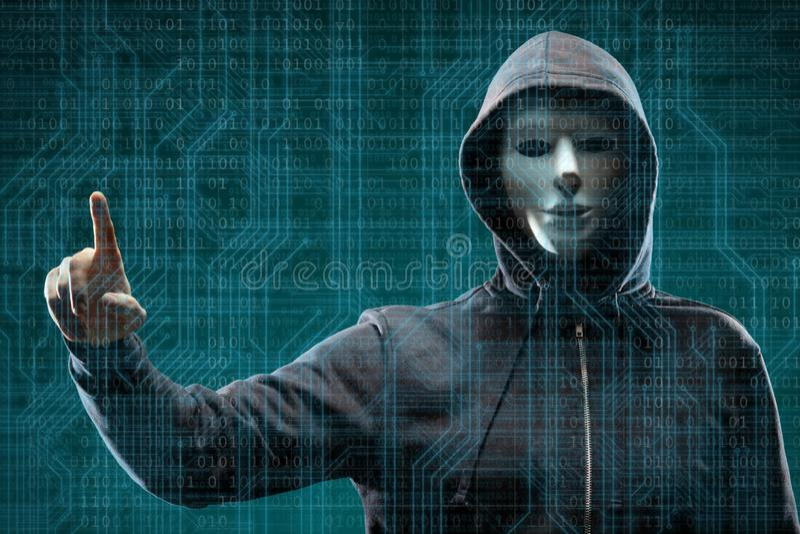 Computerhakker in masker en hoodie over abstracte binaire achtergrond Verduisterd donker gezicht Gegevensdief, Internet-fraude royalty-vrije stock fotografie
