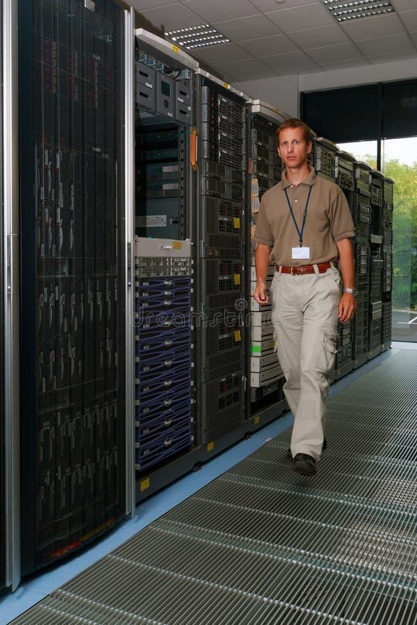 Computeringenieur in computerzaal royalty-vrije stock foto
