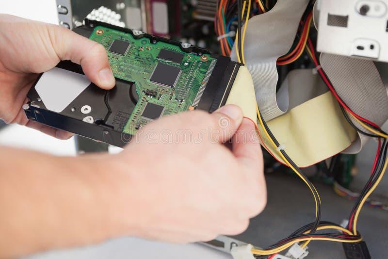 Computeringenieur die aan gebroken cpu werken stock afbeeldingen