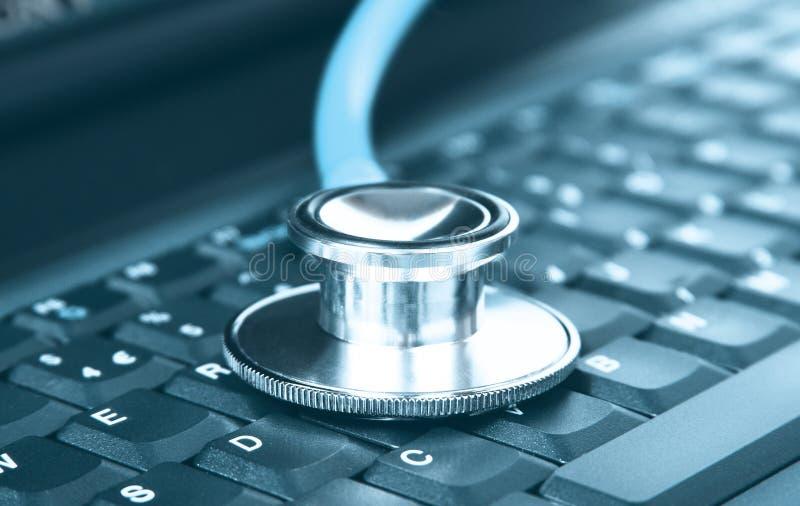 Computerkonzept einer Stethoskopnahaufnahme auf einer Computertastatur stockfotografie