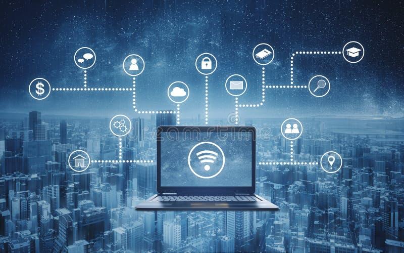 Computerlaptop mit Radioapparat- und Anwendungsprogrammierungs- und -Social Media-Ikonen Internet-Vernetzung und drahtlose Techno stockfotografie
