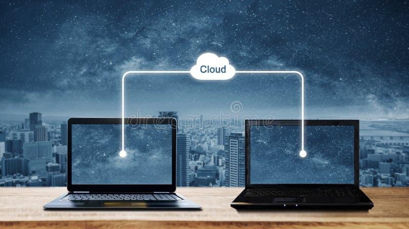 Computerlaptops, die Daten durch die Wolkenspeicherdatenverarbeitung teilen Wolkendatenverarbeitung und Computernetzwerkkonzept lizenzfreies stockbild