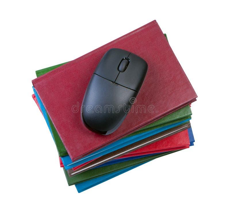 Computermaus auf Stapel Büchern. stockfotografie
